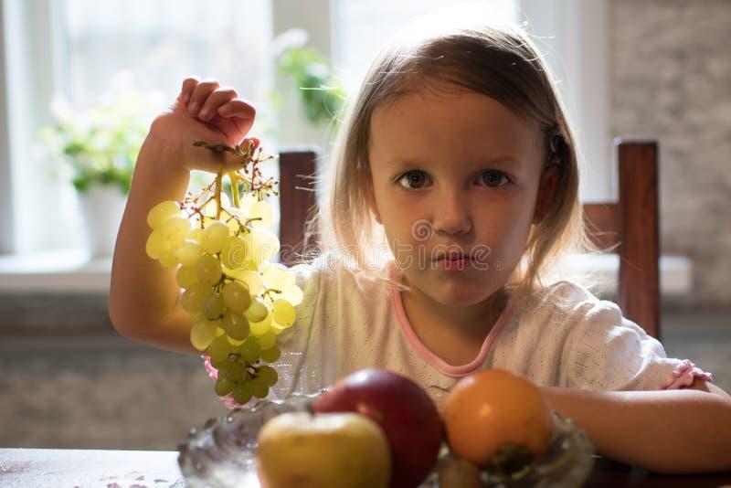 一个小女孩用果子 免版税图库摄影