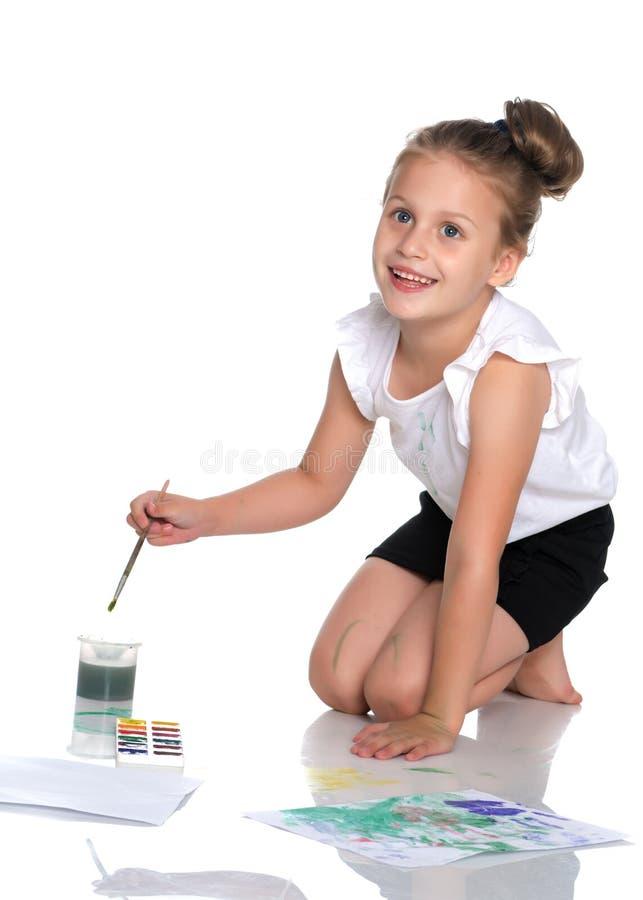 一个小女孩画在她的身体的油漆 免版税库存照片