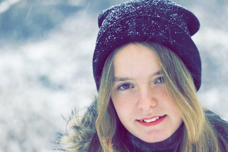 一个小女孩的冬天画象 免版税库存照片