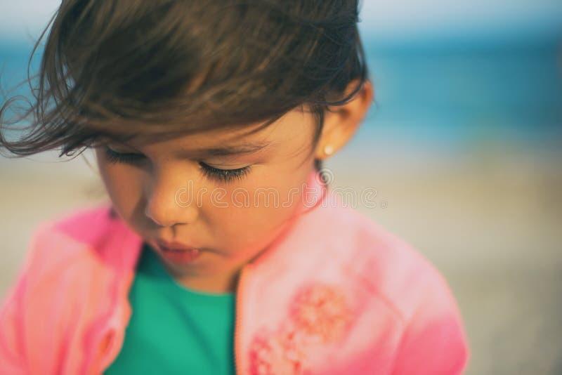 一个小女孩的画象海滩的 在眼睛的重点 免版税库存照片