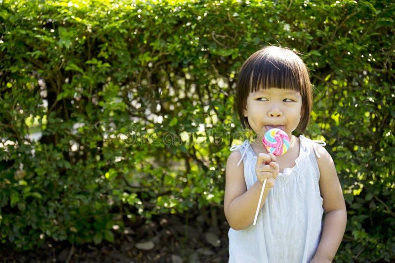 一个小女孩的画象有棒棒糖的 库存图片
