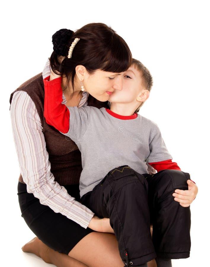 一个小孩子亲吻了我的母亲 免版税库存图片