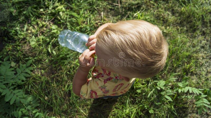 一个小孩子喝水 免版税图库摄影