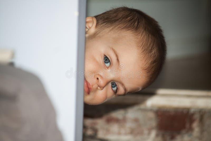 一个小孩子坐罐 免版税图库摄影