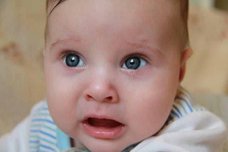 一个小孩子的面孔 哀伤的婴孩 免版税库存照片