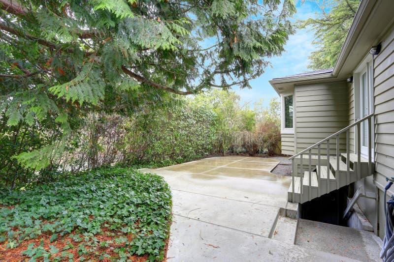 一个小家的后院视图在一个雨天 库存图片