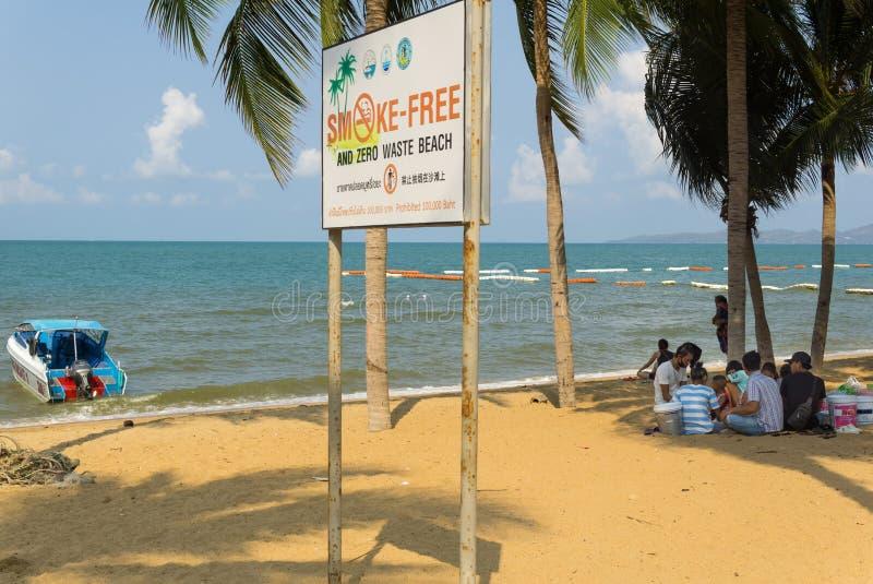 一个小小组泰国人有早餐在禁烟的海滩的togther外部 免版税库存图片