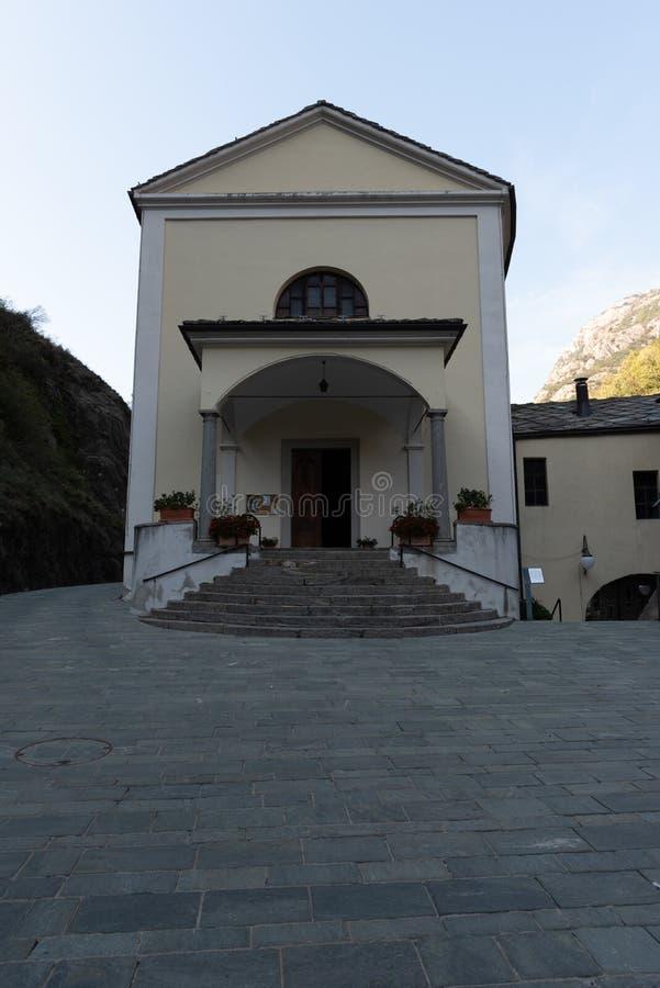 一个小山教会的正面图吟呦诗人自治市的 免版税库存图片