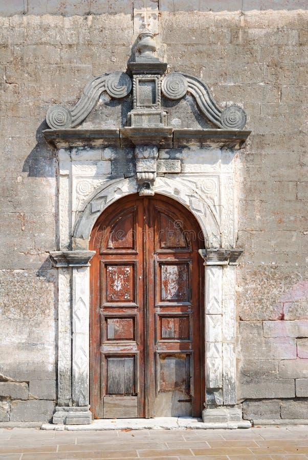 一个小希腊教会的老被风化的门 库存图片