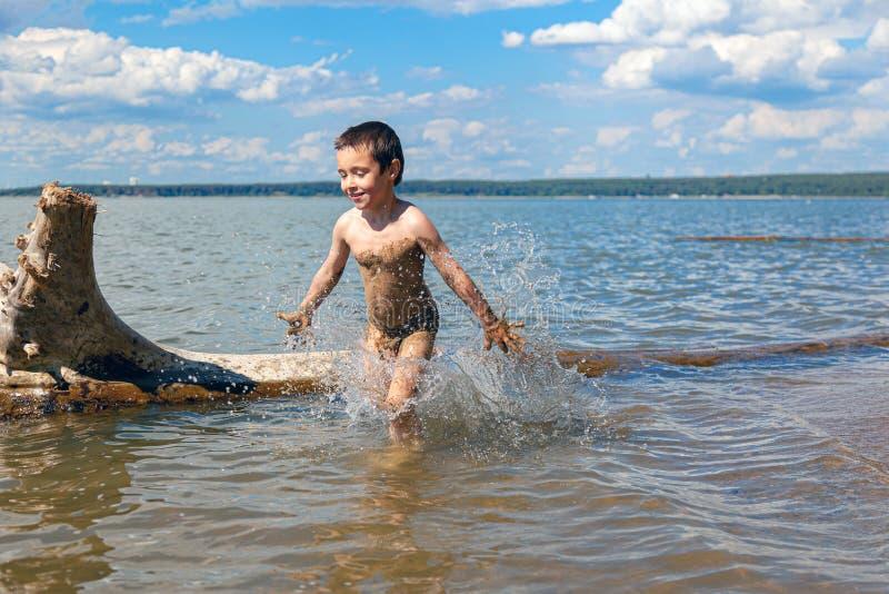 一个小快乐的男孩 图库摄影