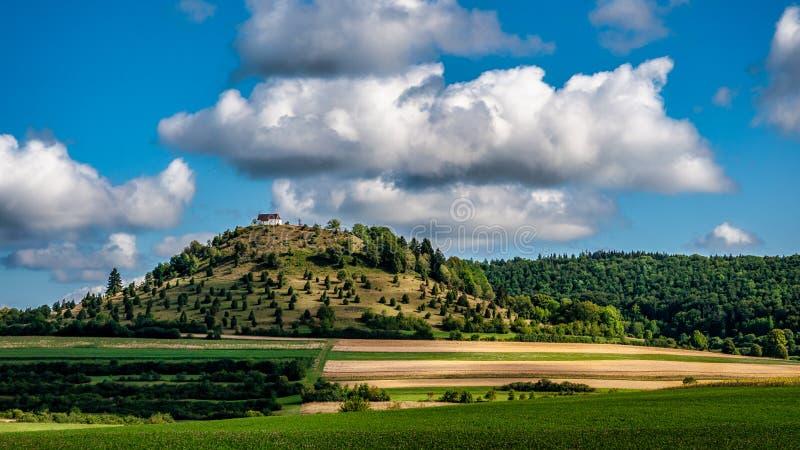 一个小教会的全景图片在小山顶部的 免版税库存图片