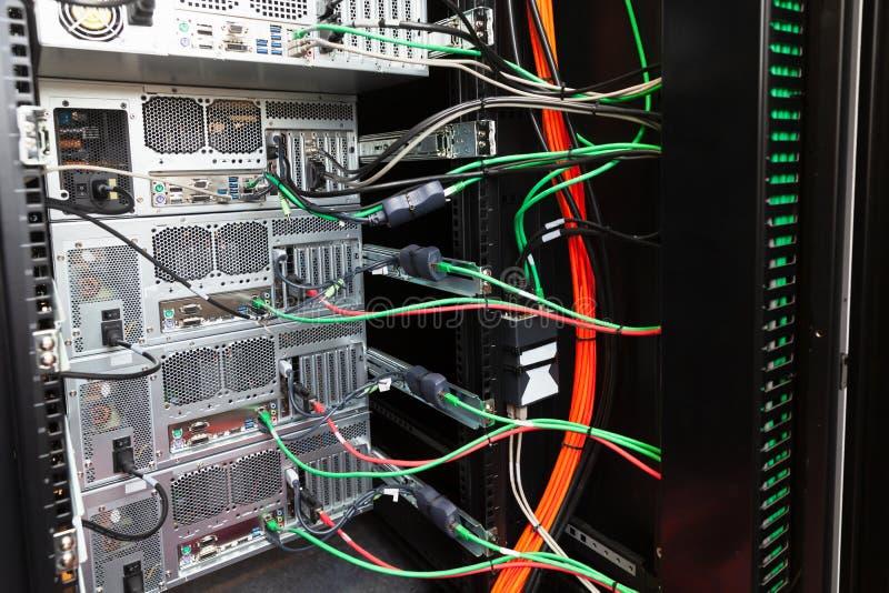 一个小服务器机架的后部 免版税库存图片