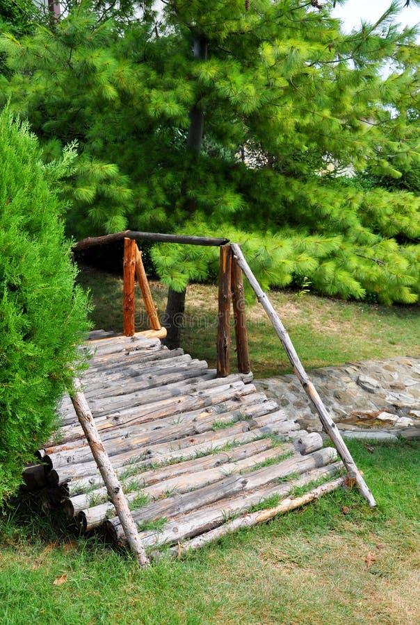 一个小木桥在您的设计的一个绿色公园 照片拍摄时间: august 22nd图片