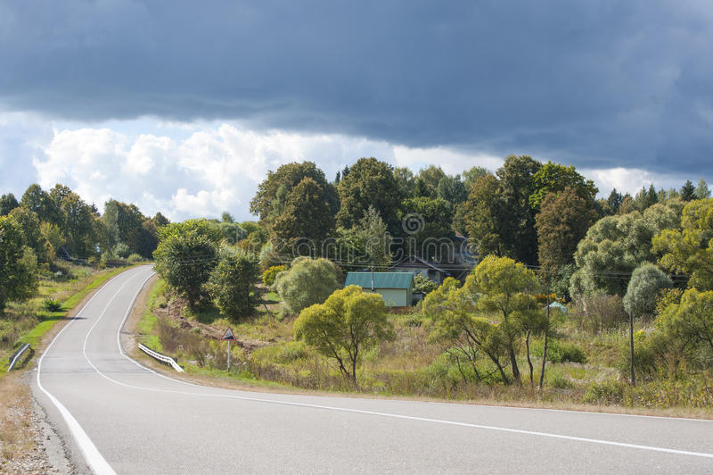 Download 一个小村庄的云彩在卡卢加州地区(俄罗斯) 库存图片. 图片 包括有 阴云密布, 房子, 安静, 季节, 涂柏油的 - 59112541