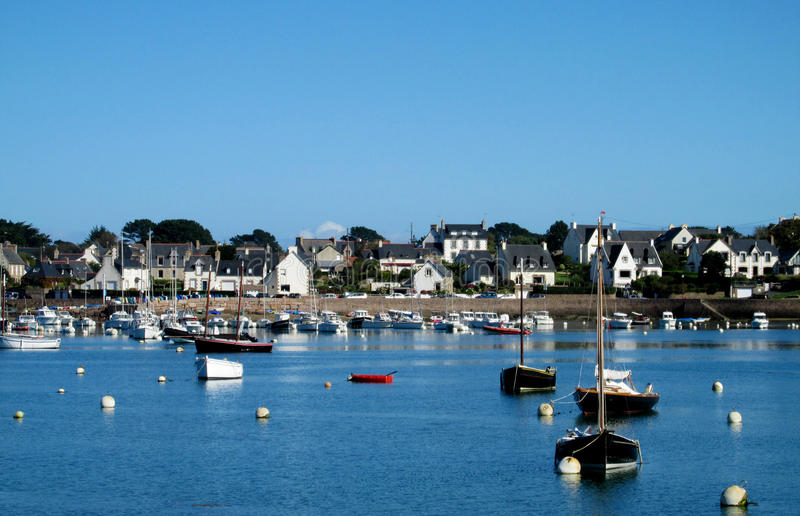 一个小法国海岸村庄的小船和房子 库存照片