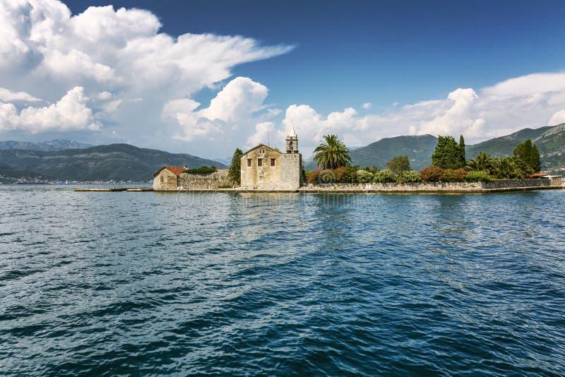 一个小海岛在有老房子和美好的自然的亚得里亚海 r 免版税图库摄影