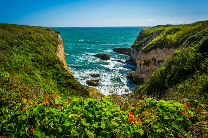 一个小海湾的看法在达文波特,加利福尼亚 免版税图库摄影