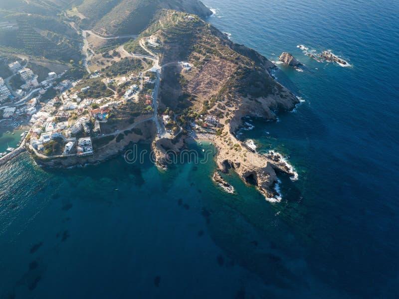一个小海滩的空中照片在巴厘岛村庄 克利特,希腊 免版税库存照片