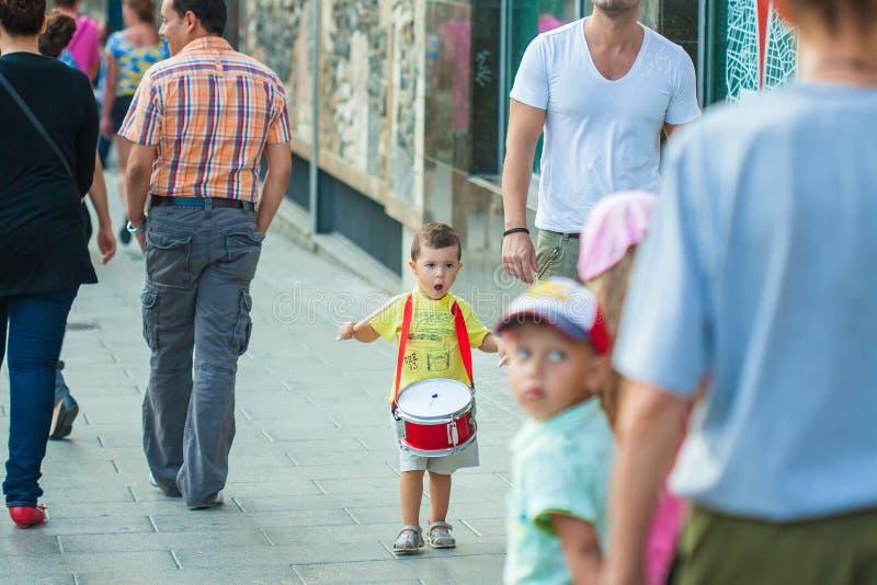 一个小男孩播放鼓 免版税库存图片