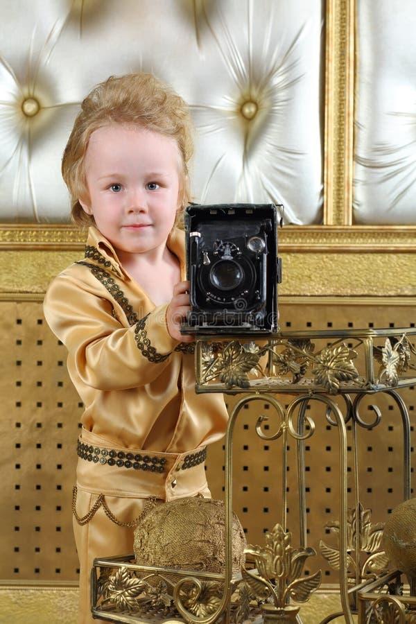 一个小男孩的画象流行音乐减速火箭的衣服的 免版税库存照片