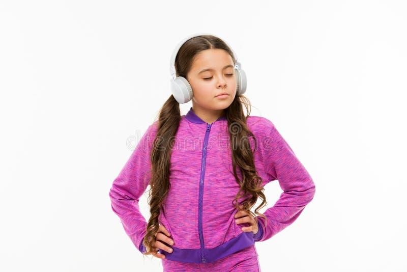 一个小的断裂 在白色隔绝的适合的小儿童佩带的耳机 活跃孩子享受使用在耳机的音乐 图库摄影