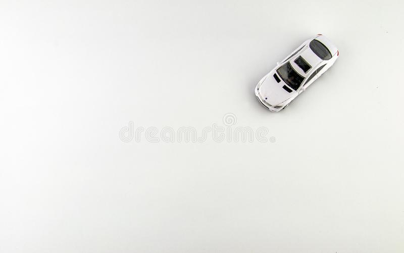 E 一个小的玩具,在白色背景的一辆小白色汽车 免版税库存照片