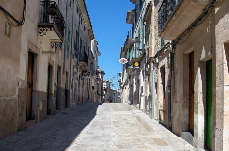 一个小的镇的街道在马略卡 免版税库存图片