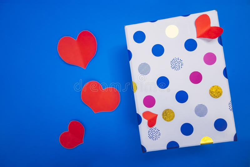 一个小盒子在红心旁边的色的豌豆谎言 库存图片