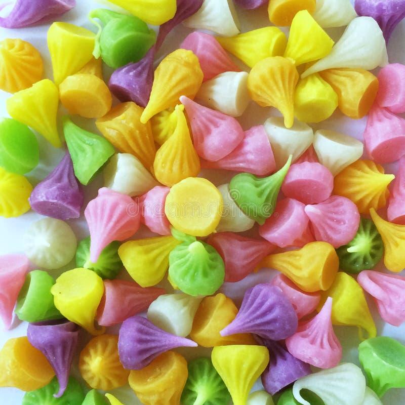 一个小组五颜六色的泰国甜糖果命名了'A-Lou' 库存图片