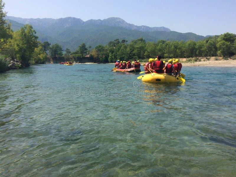 一个小组人和妇女在河,极端体育漂流 免版税图库摄影