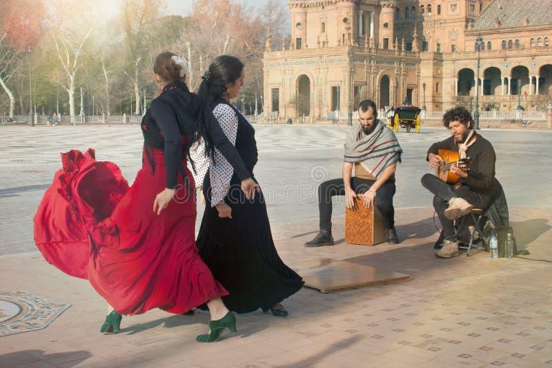 一个小组佛拉明柯舞曲执行者在广场de espaA±aa跳舞并且唱歌 库存照片