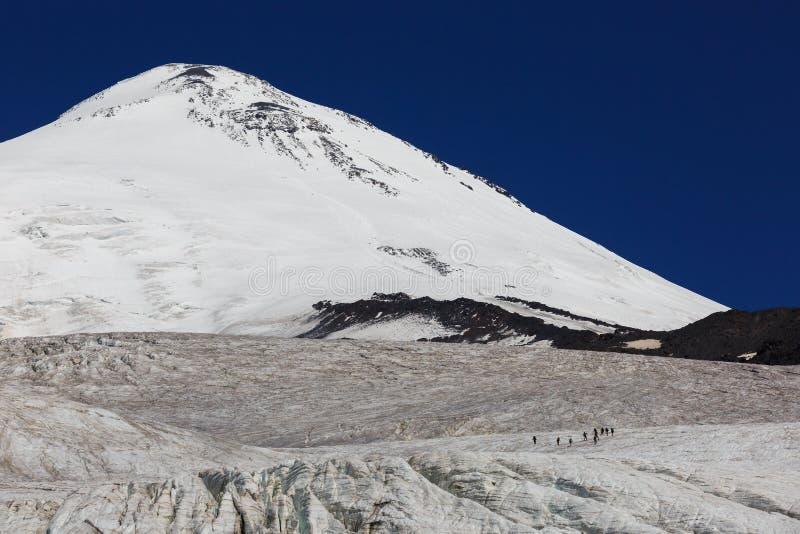 一个小组冰川的登山人反对背景 图库摄影