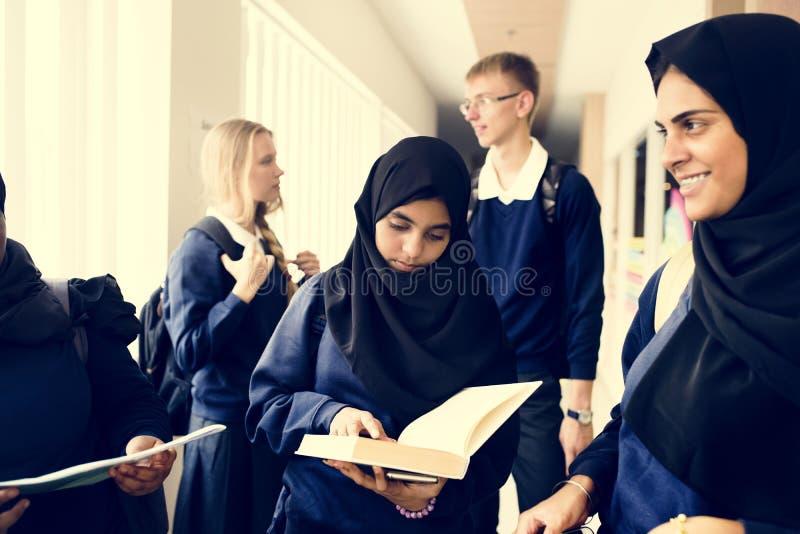 一个小组回教学生在学校 免版税图库摄影