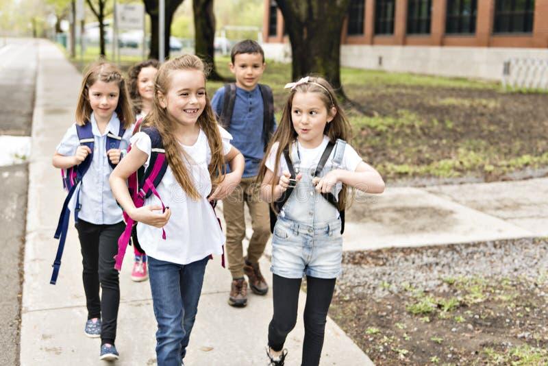 一个小组外面学生在一起站立的学校 库存照片