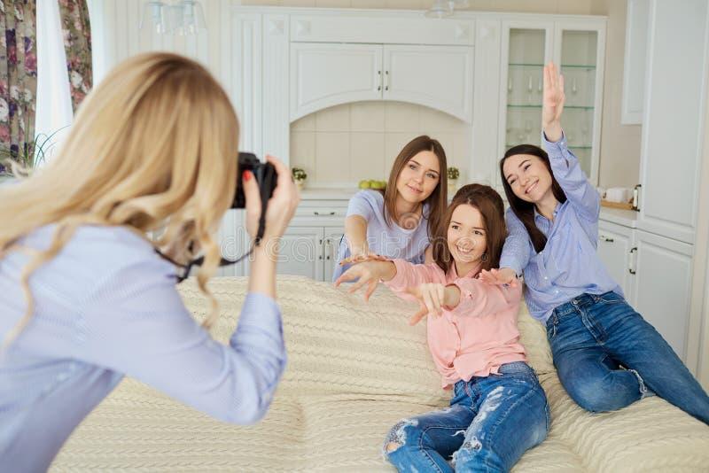 一个小组女孩的朋友在照相机a被拍摄 库存图片
