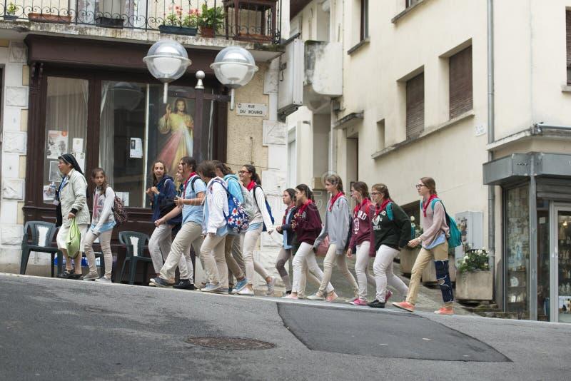 一个小组少年香客在卢尔德 免版税库存照片