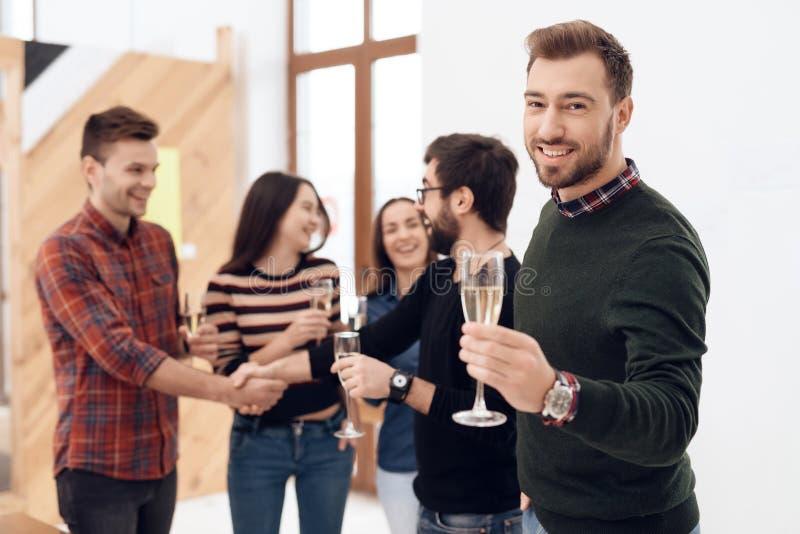 一个小组年轻办公室工作者庆祝 免版税库存照片