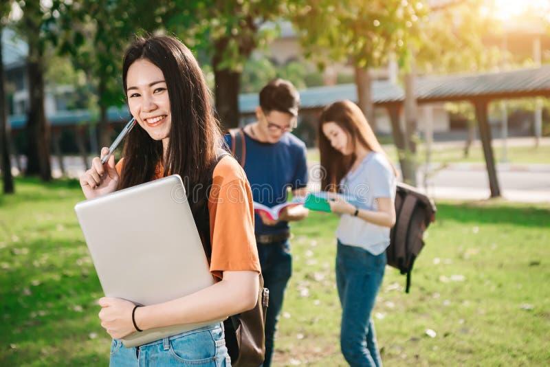 一个小组年轻或青少年的亚裔学生在大学 免版税库存照片