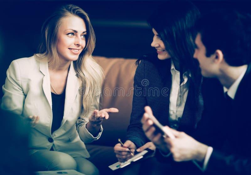 一个小组成功的商人 关于重要c的讨论 库存图片