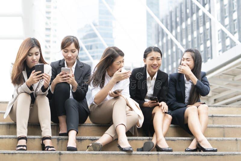 一个小组放松的行动的职业妇女 库存图片