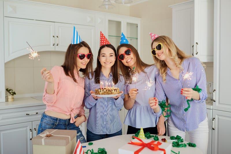 一个小组有一个蛋糕的女朋友与蜡烛庆祝一birt 免版税库存照片