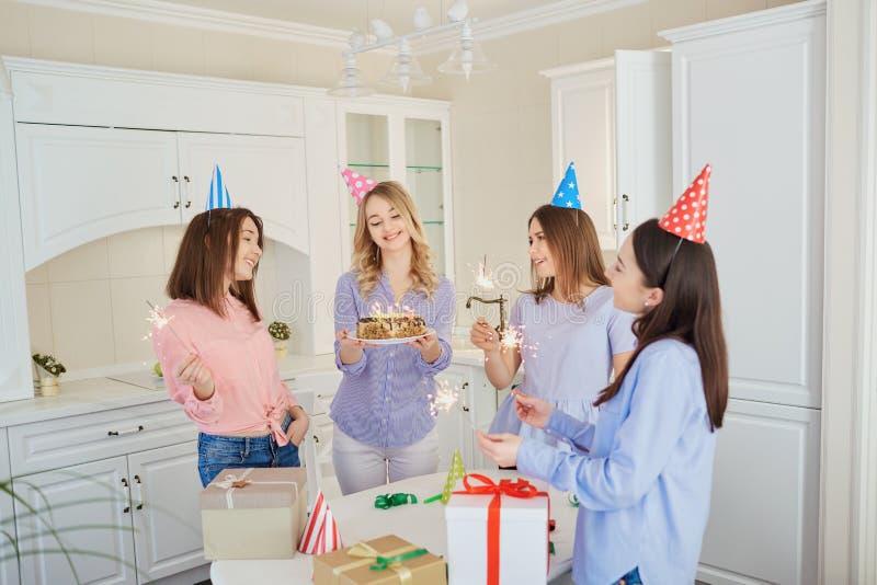 一个小组有一个蛋糕的女朋友与蜡烛庆祝一birt 免版税图库摄影