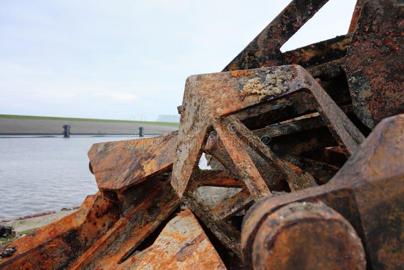 一个小组生锈的船锚在Harlingen,荷兰 库存图片