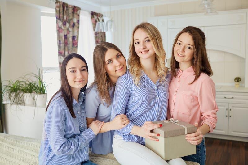 一个小组的画象便衣的女孩在屋子里 库存图片