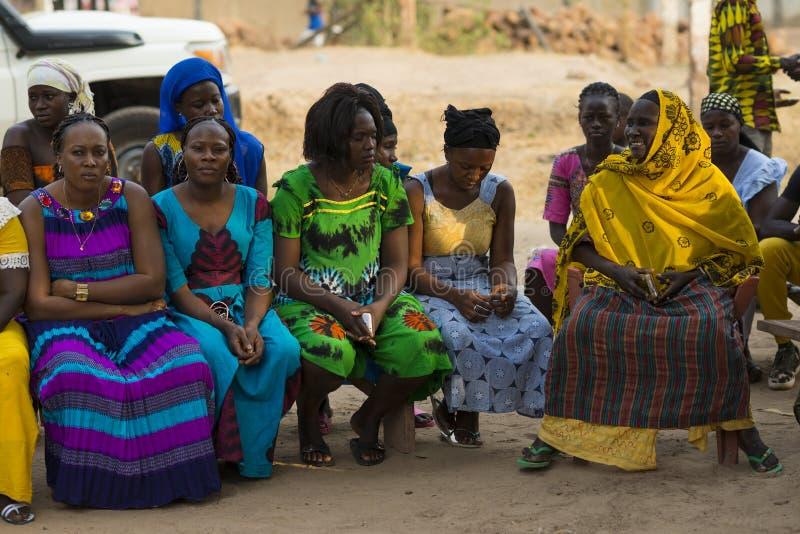 一个小组的画象穿五颜六色的礼服的妇女在社区团聚在Bissaque邻里在市比绍 免版税库存图片