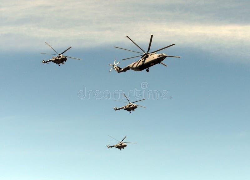 一个小组米-26和Mi8直升机在红场的天空飞行在胜利天的庆祝时 库存照片