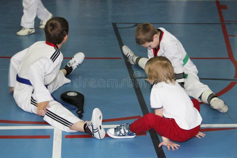 一个小组跆拳道坐休息的地板 库存照片