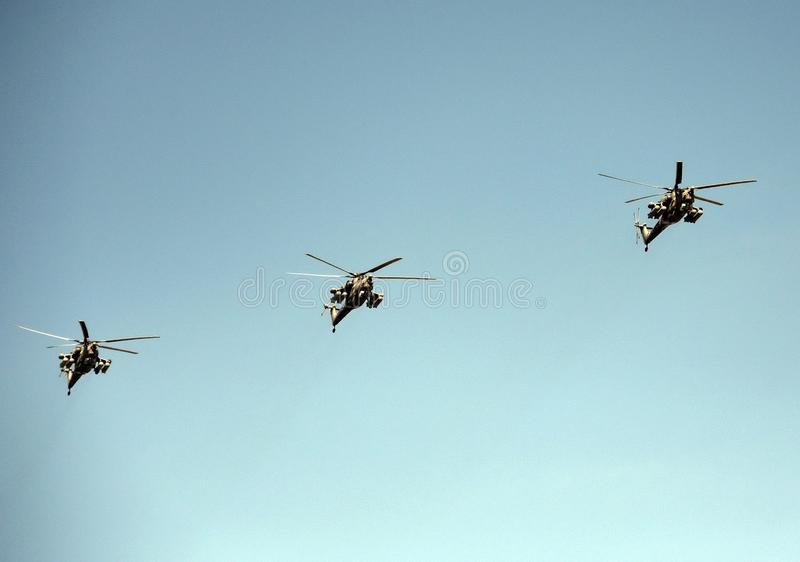 一个小组Mi28N攻击用直升机`夜在红场的猎人`在胜利天游行期间 免版税库存照片