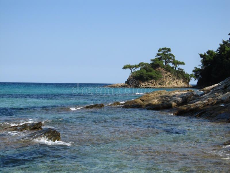 一个小美丽的绿色海岛在海 希腊 免版税库存图片