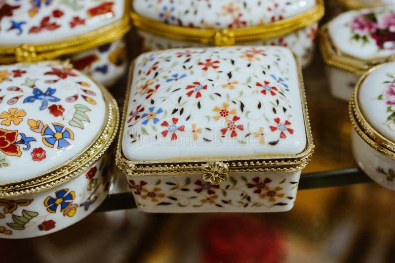一个小装饰陶瓷容器的特写镜头 免版税图库摄影